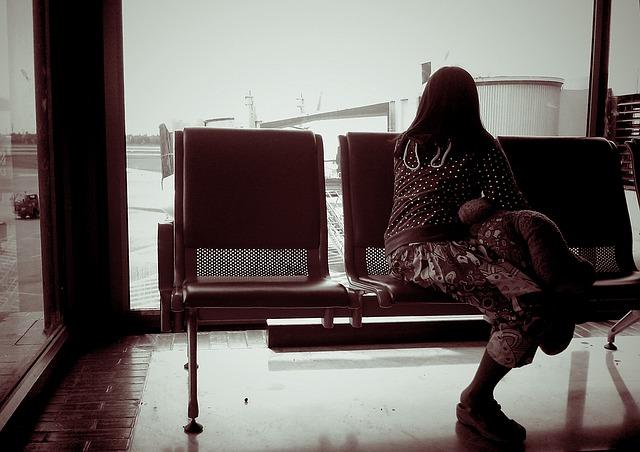 žena sama na letišti
