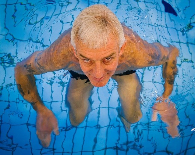 muž v bazéně