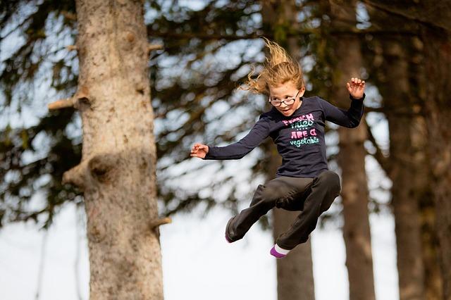 vysoko skákající holka