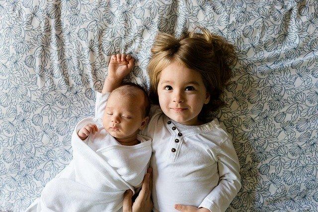 děti na posteli