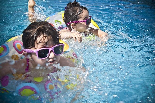holky s brýlemi v bazénu