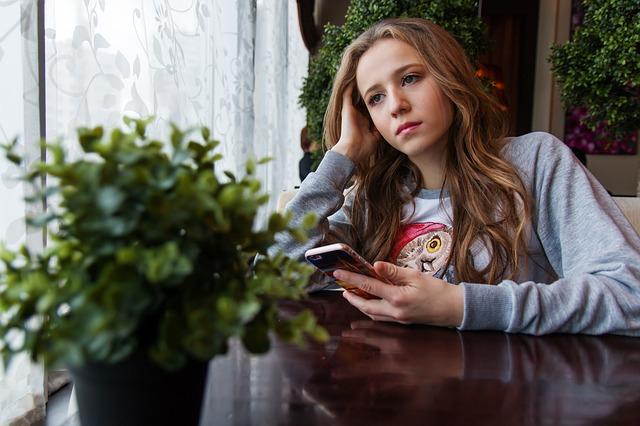 smutná holka u okna