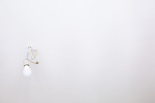zavěšená žárovka