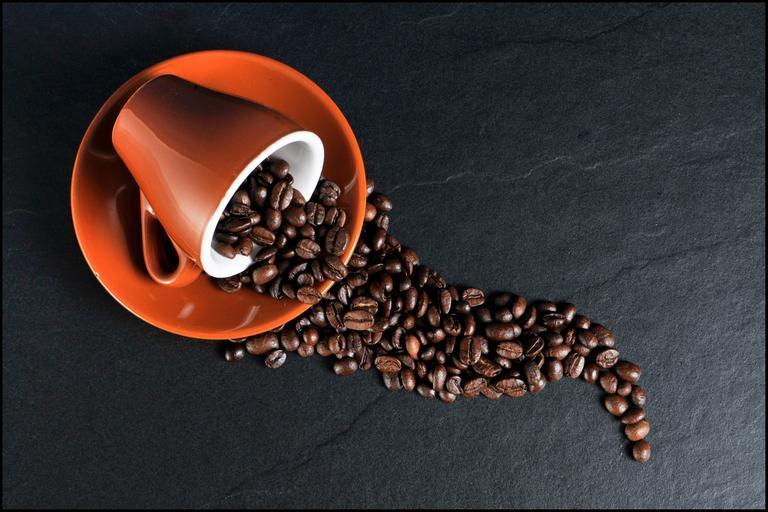 vysypaná káva z hrníčku
