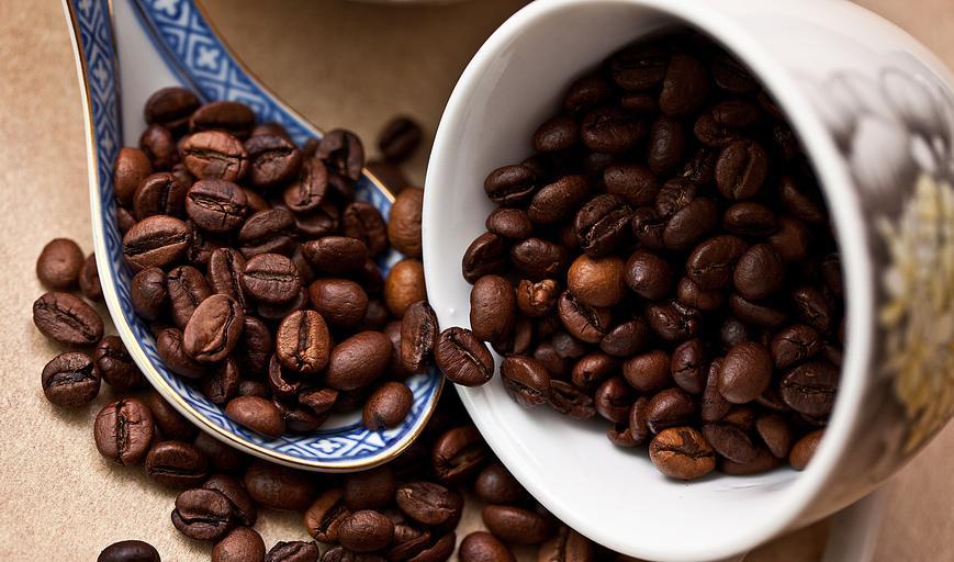 káva, hrníček a lžička