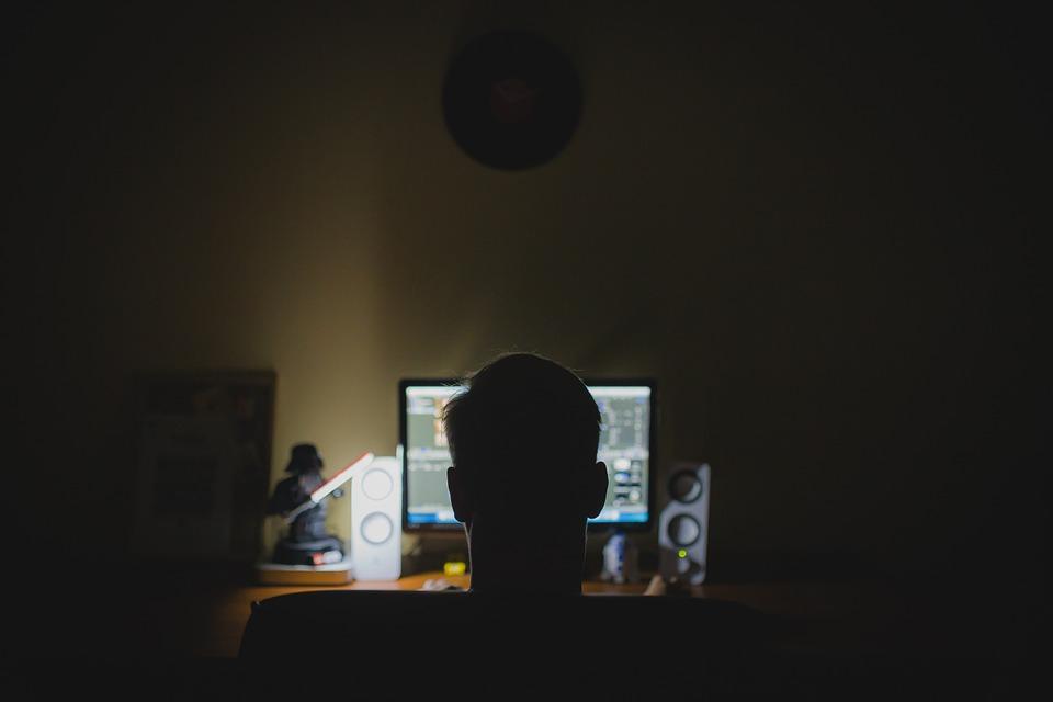 počítač ve tmě
